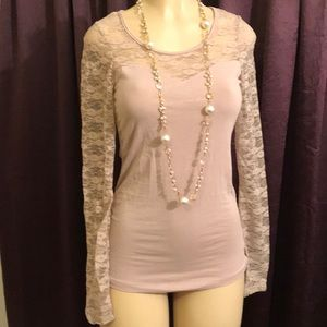Top Long lace sleeves